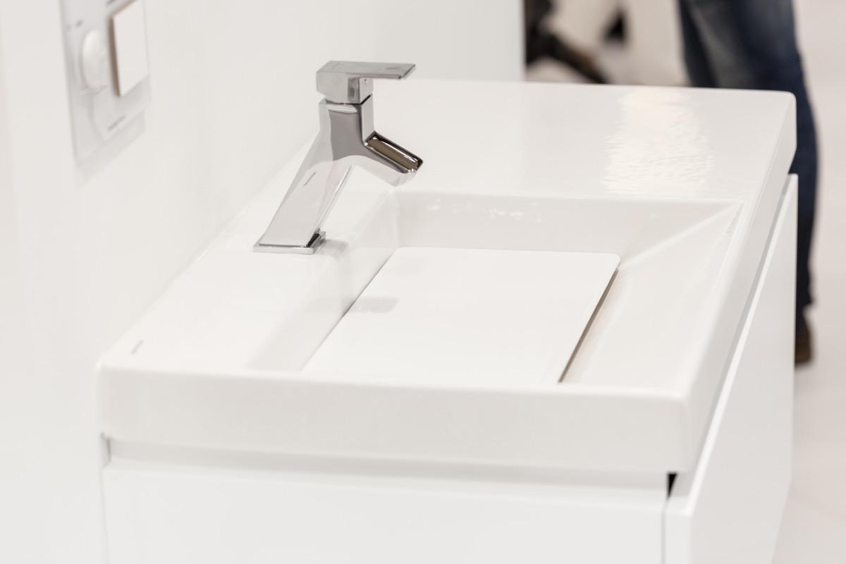Piletta tonda bianca a scarico libero per lavabo e bidet senza tr